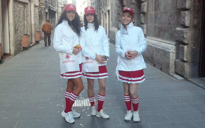 Spot Vodafone, tre majorettes nelle vie del centro di Ascoli