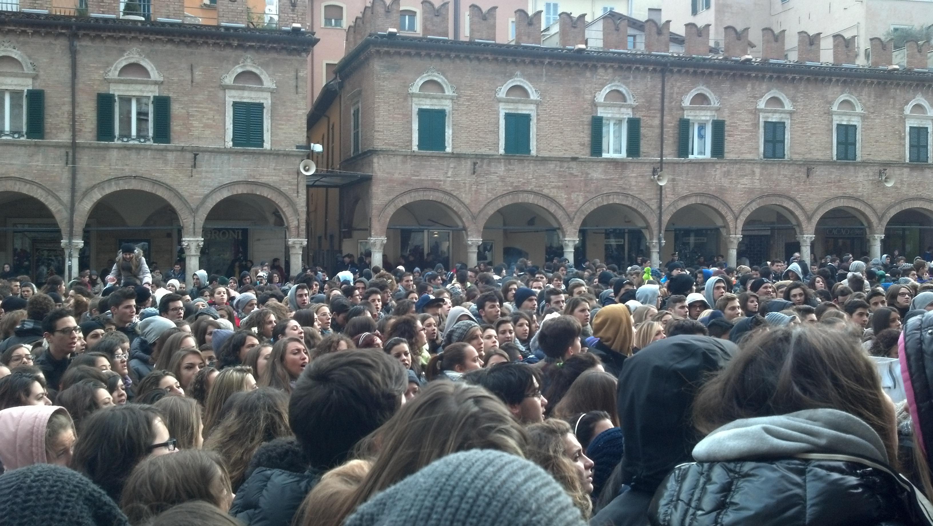 Ascoli, protesta degli studenti in Piazza del Popolo 3 dicembre 2012