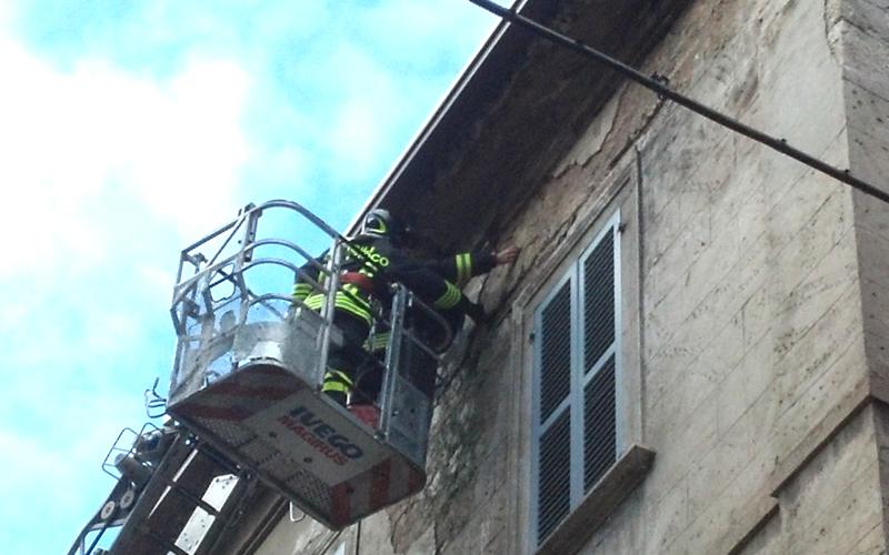 Corso Mazzini, 3 dicembre, intervento dei Vigili del Fuoco per mettere in sicurezza il cornicione di un palazzo dopo la forte pioggia della notte