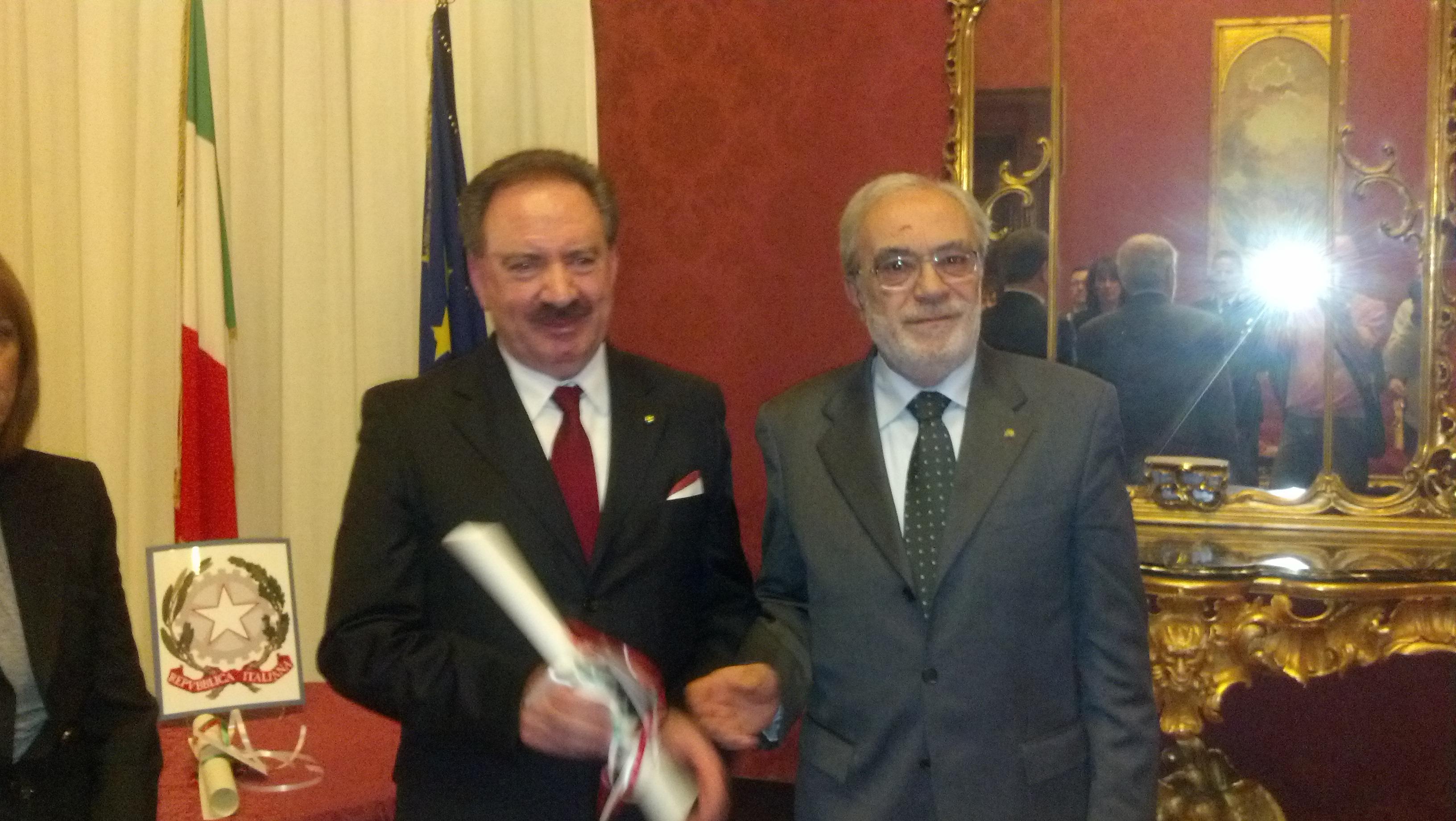 Domenico Maria Remoli premiato dal sindaco di Comunanza Domenico Annibali
