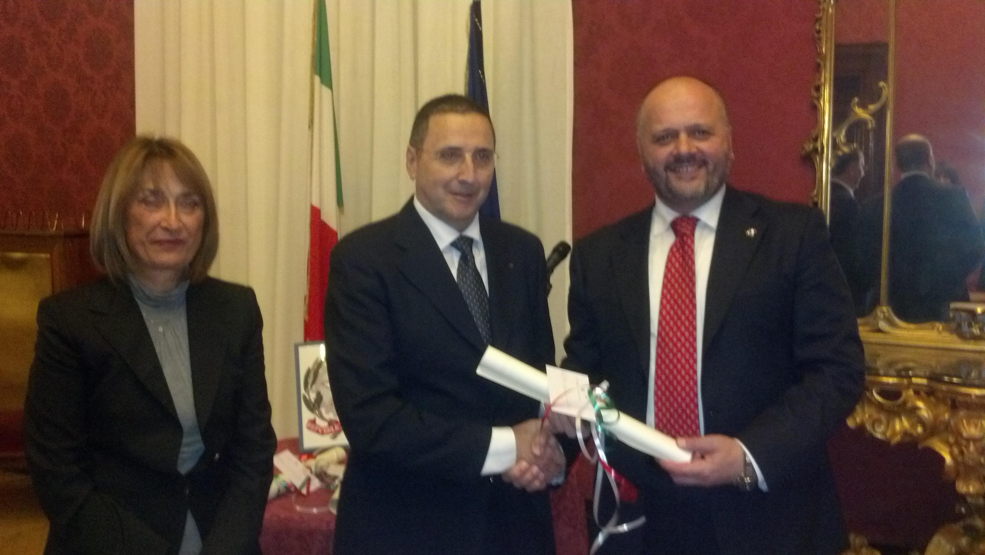Lorenzo Agostini premiato dal sindaco Gaspari e dal prefetto Graziella Patrizi