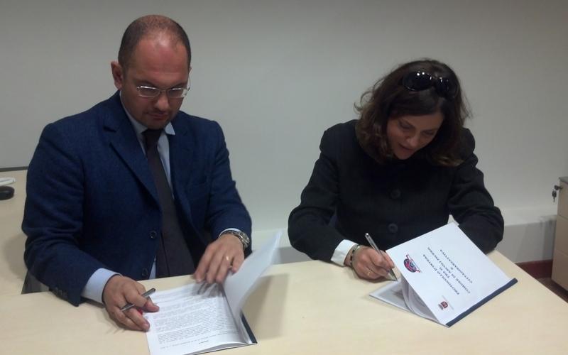 Guido Castelli e Caterina Fossari di Cittadinanzattiva firmano la convenzione