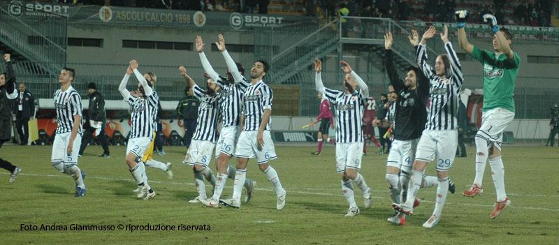 Ascoli-Cittadella, i giocatori sotto la curva (giammusso)