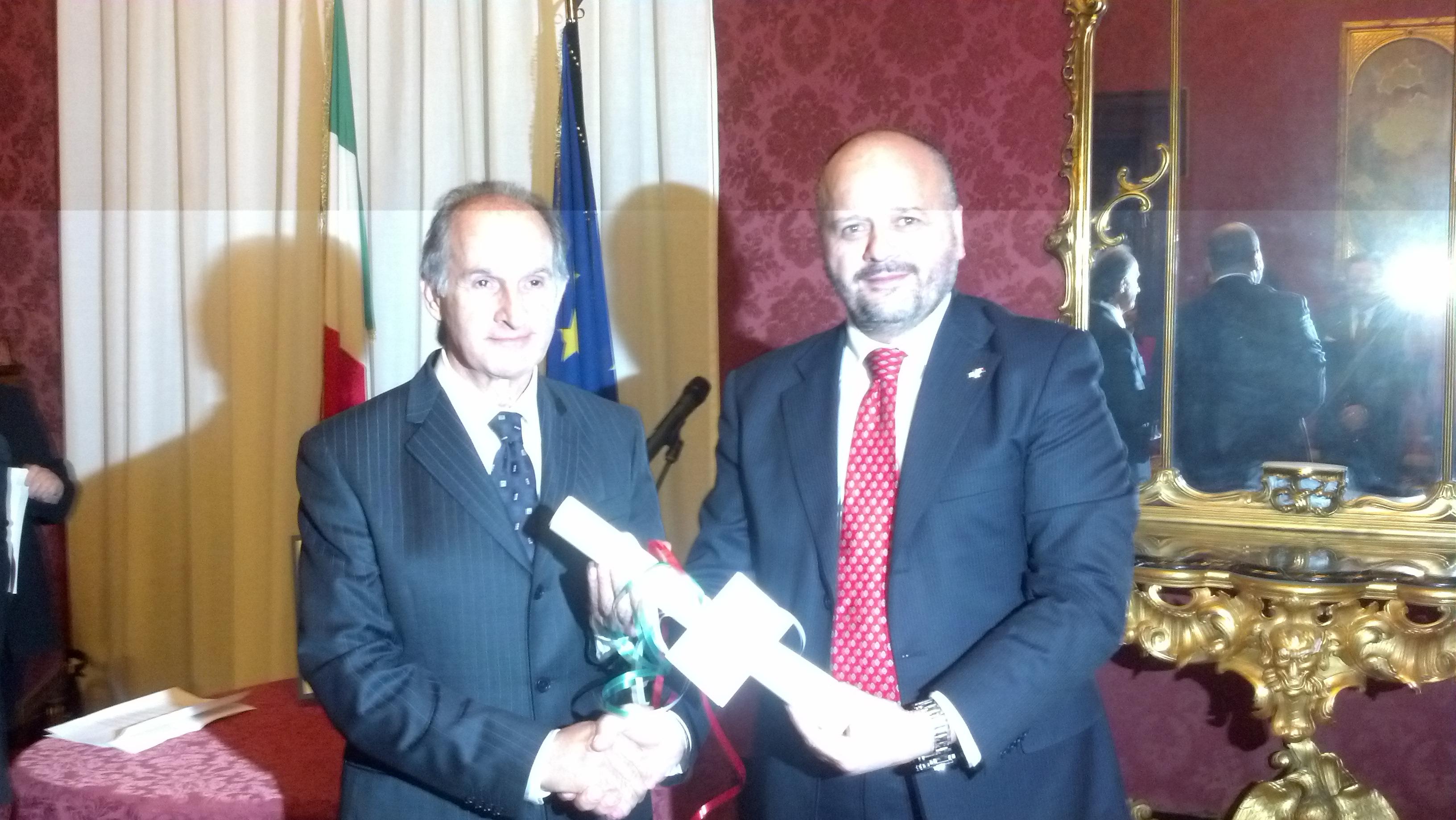 Edoardo Vecchiola premiato dal sindaco Gaspari