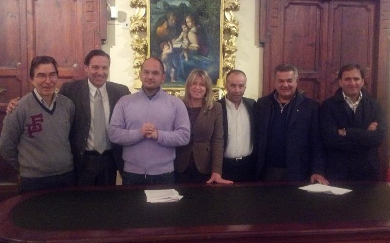 Organizzatori e sponsor del progetto l'Oasi di Asterix con il sindaco Castelli e l'assessore Cameli