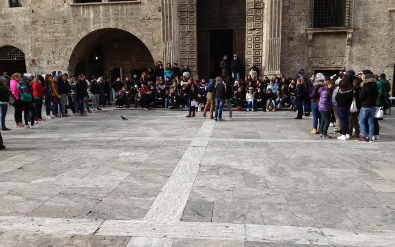 Studenti dell'Its Mazzocchi raccolgono firme in Piazza del Popolo