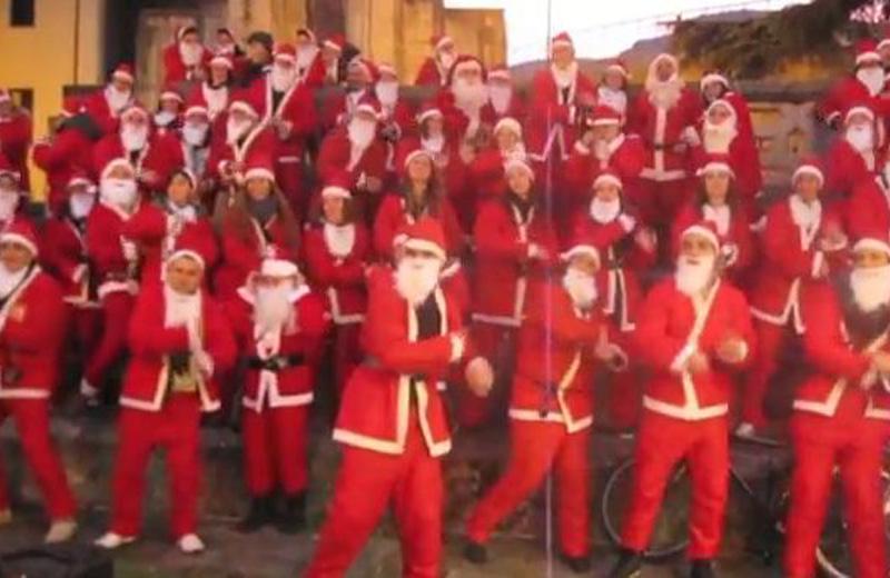 La carica dei Babbi Natale ad Ascoli