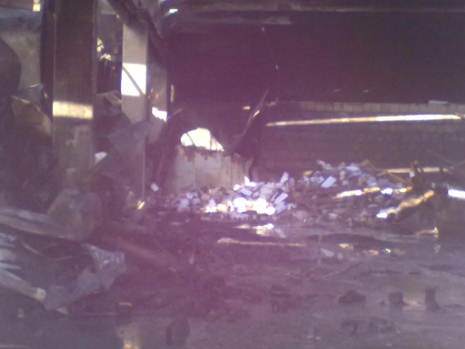 Parte dell'interno dello stabilimento dopo l'incendio