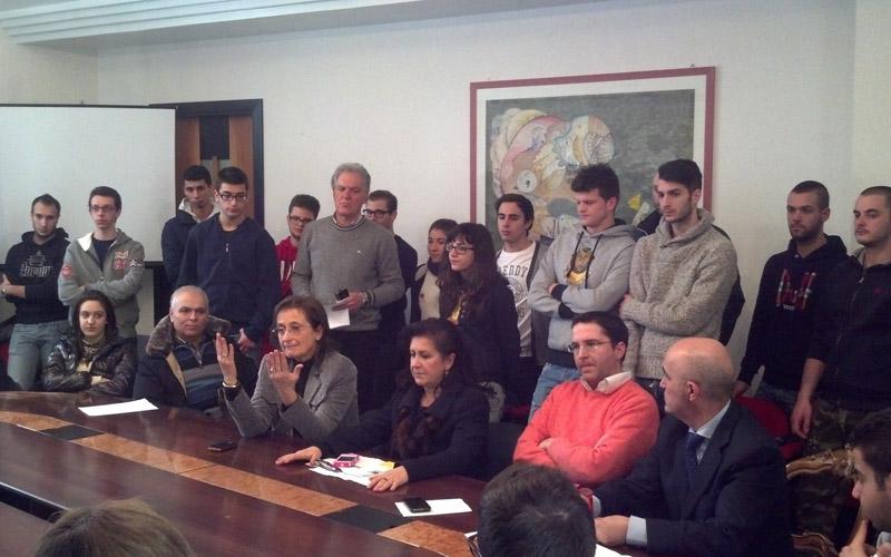 Piero Celani e Massimiliano Brugni tra gli studenti e i docenti dell'istituto tecnologico Enrico Fermi