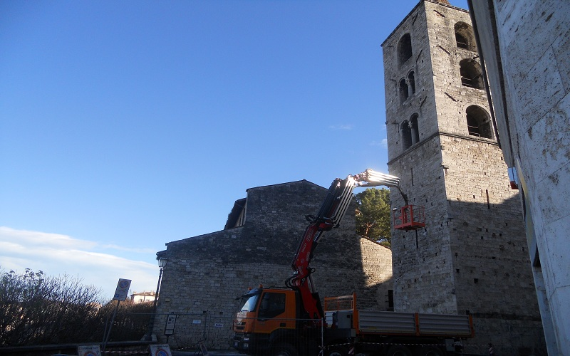 Santa Maria I.V.: camion con elevatore