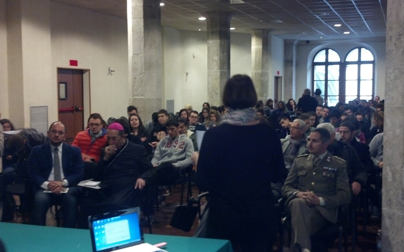 Un Mondo Nuovo da Raccontare, incontro in Sala Docens, di spalle Veruska Cestarelli di fronte ad autorità e studenti