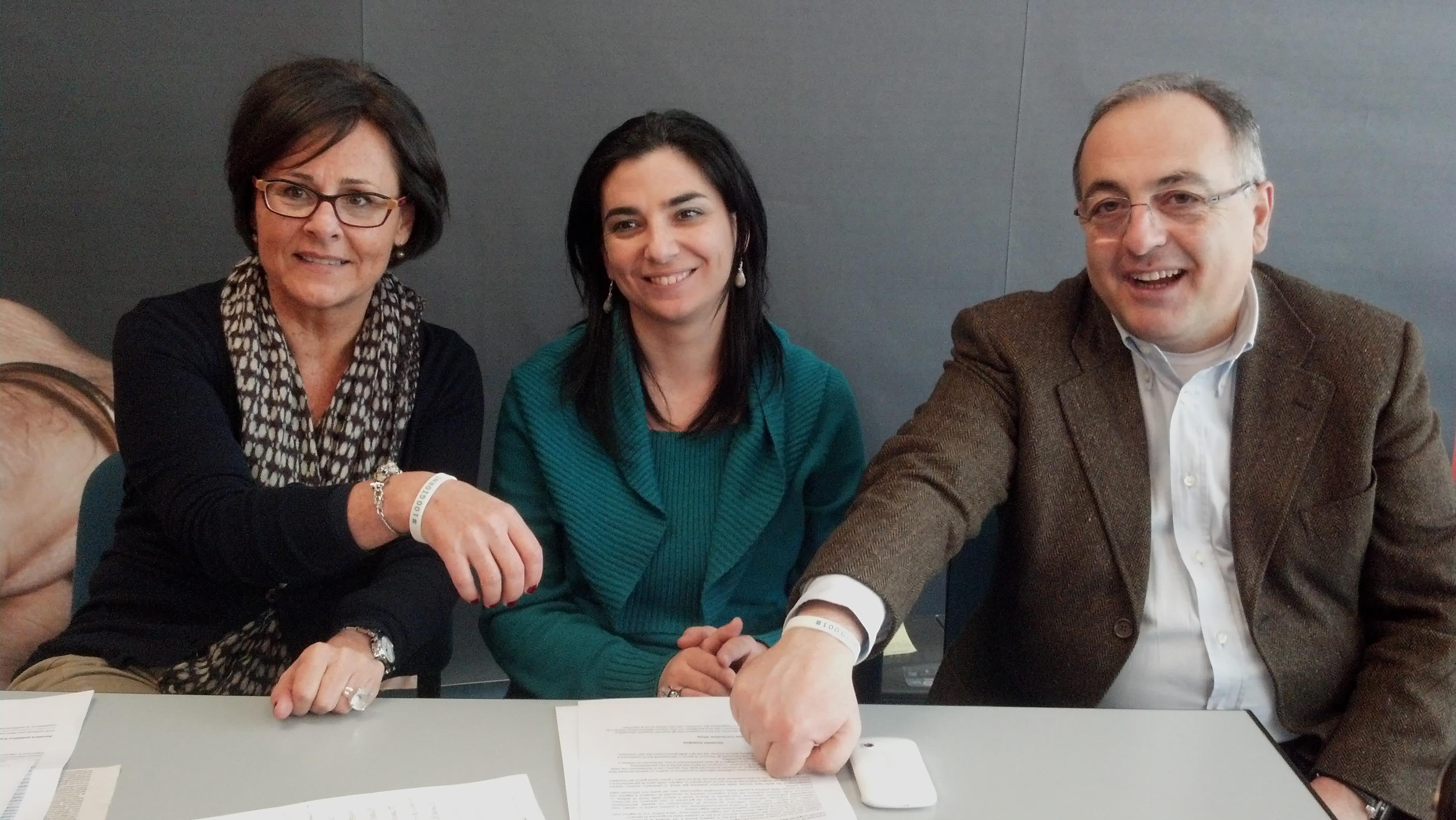 Anna Casini e Luciano Agostini mostrano il braccialetto dei 100 giorni dato dall'associazione Libera rappresentata da Paola Senesi