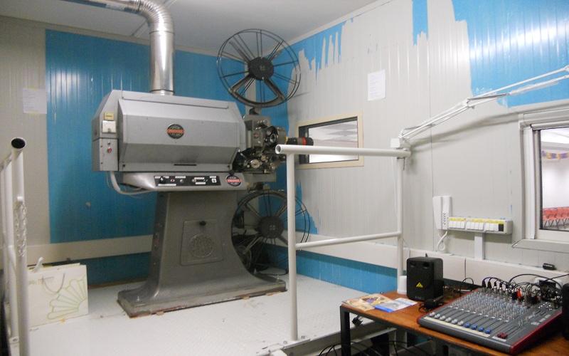 Cabina di proiezione cinecircolo: macchina per il 35 mm