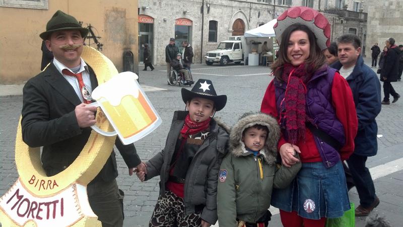 Carnevale ascolano 2013 (48) famiglia e Birra Moretti