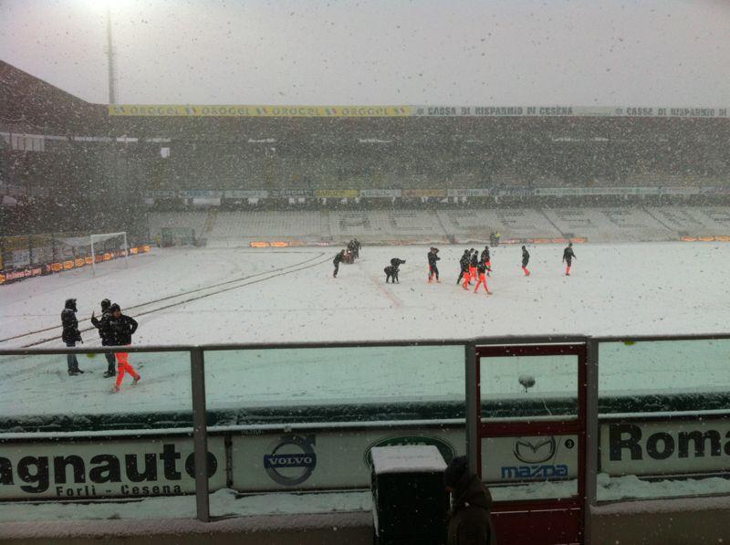 Lo stadio 'Manuzzi' coperto di neve