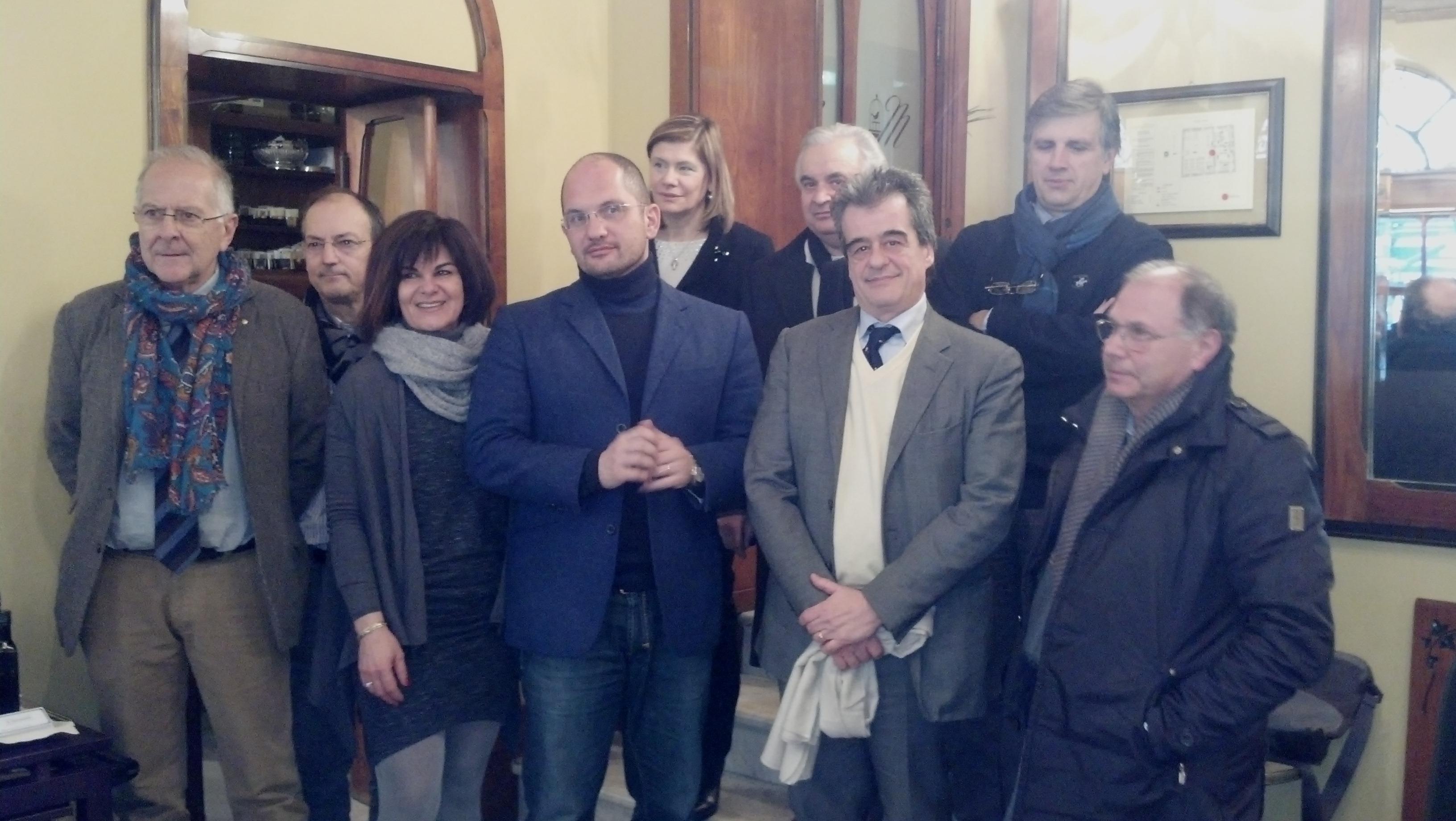 Il gruppo di soci di Ecoinnova col sindaco Castelli, l'assessore Tega e il presidente di Ascoli Servizi Comunali Mariotti