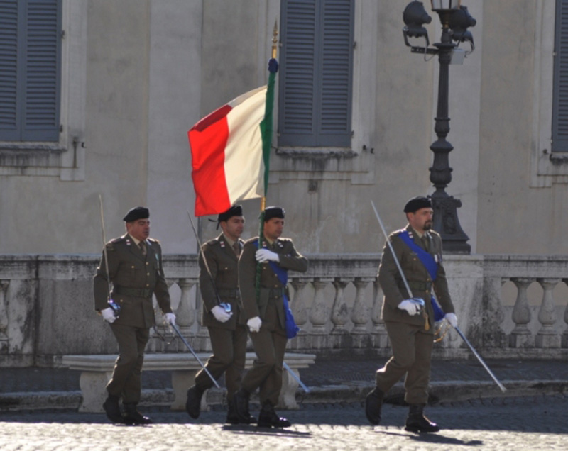 La Bandiera di Guerra del 235° entra sulla piazza del Quirinale