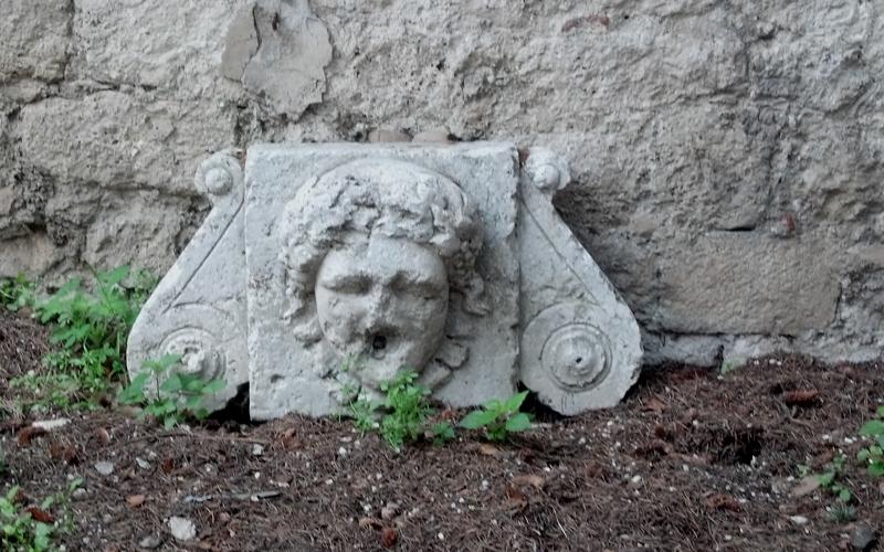 La Fontana del Parco della Rimembranza abbandonata nel giardino dell'Arengo