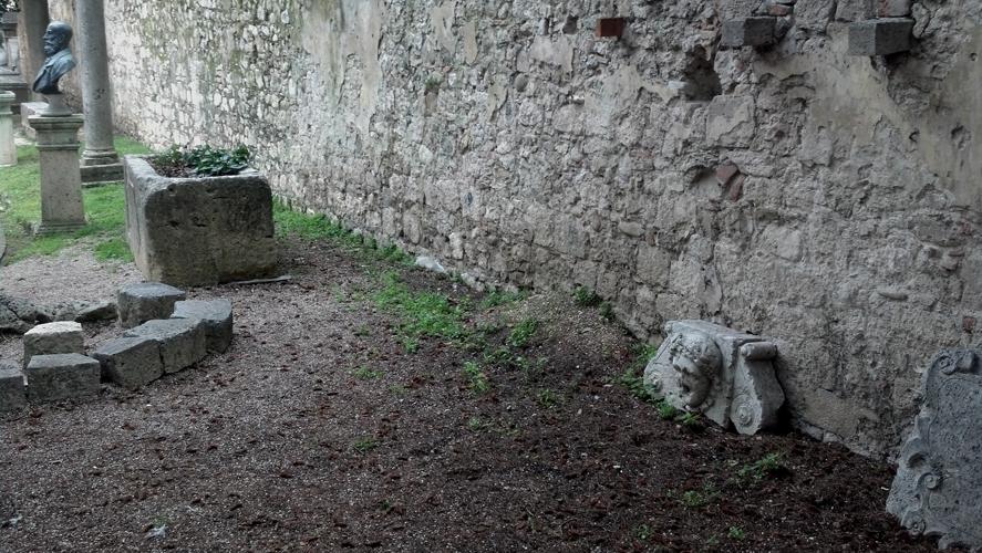 La Fontana del Parco della Rimembranza poggiata contro il muro all'interno del Giardino dell'Arengo