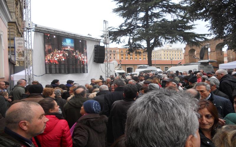 Piazza Guglielmo Pepe, schermo esterno per il Pd