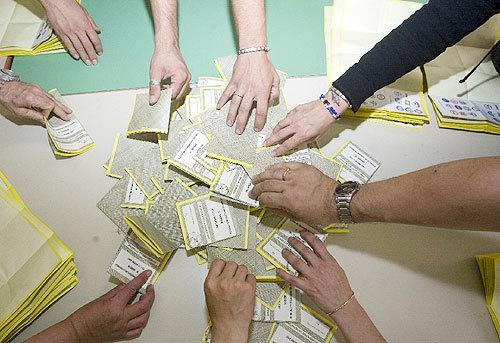 Scrutatori ai seggi durante un voto