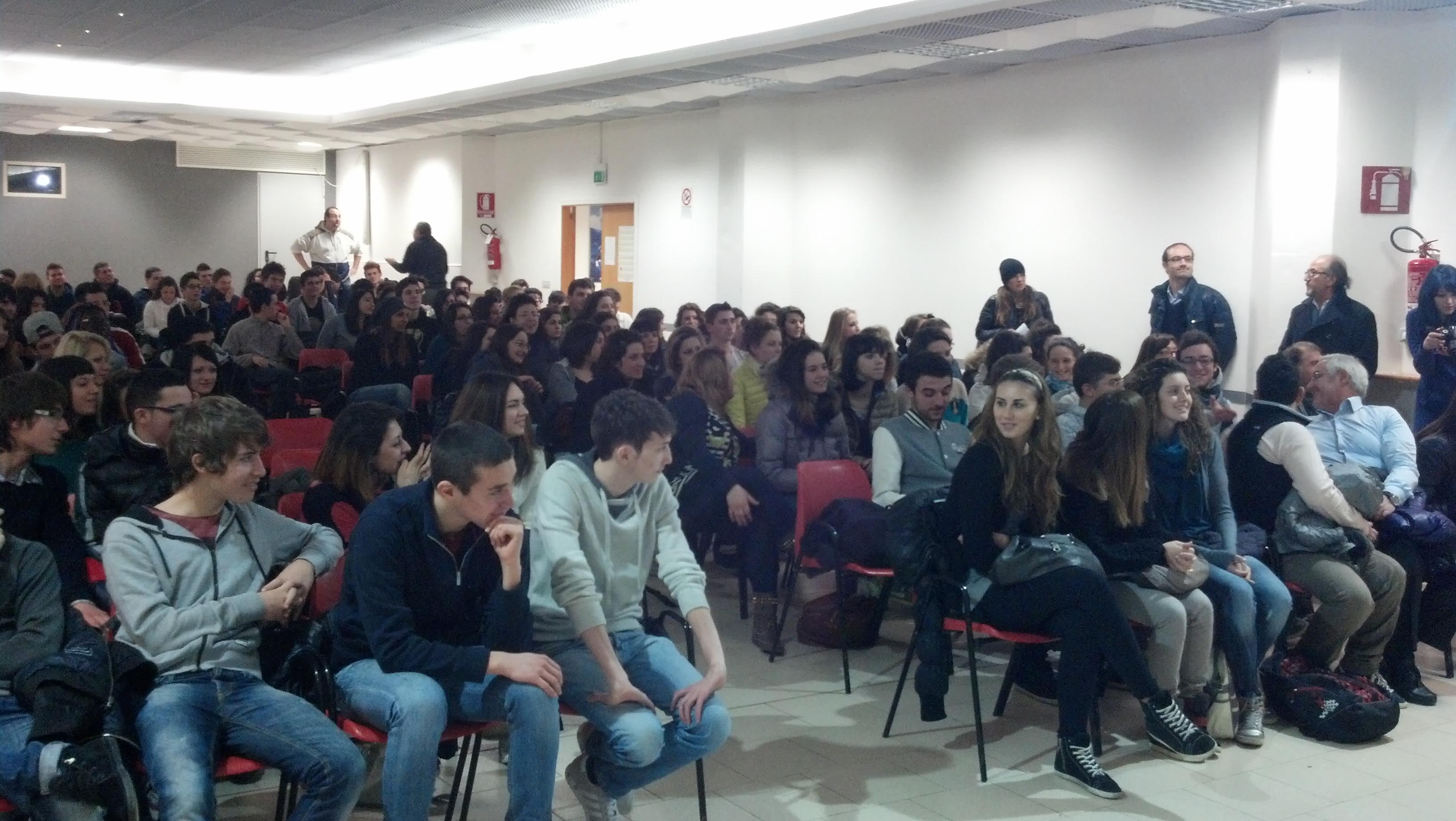 Tanti gli studenti presenti alla visione del film Il Rosso e il Blu alla Sala della parrocchia SS Simone e Giuda 2