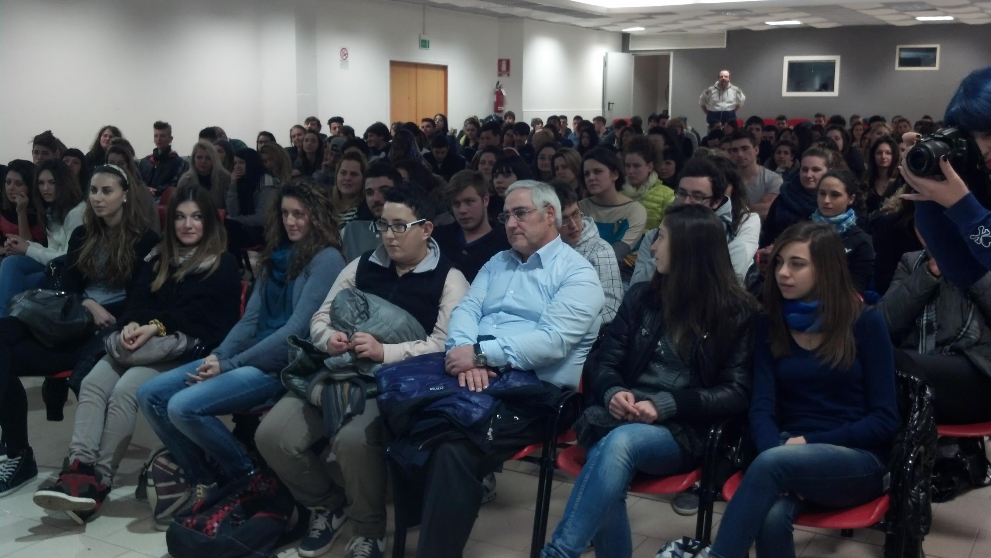 Tanti gli studenti presenti alla visione del film Il Rosso e il Blu alla Sala della parrocchia SS Simone e Giuda