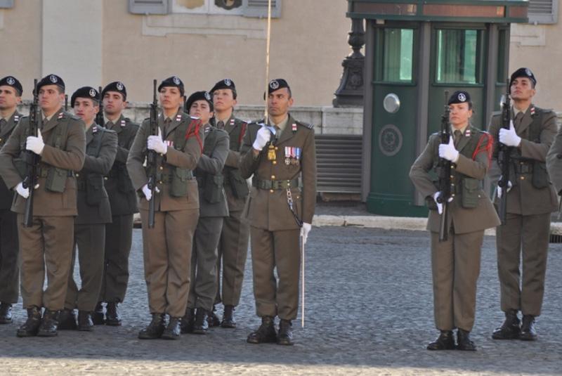 Uomini e donne del 235° durante il cambio della guardia