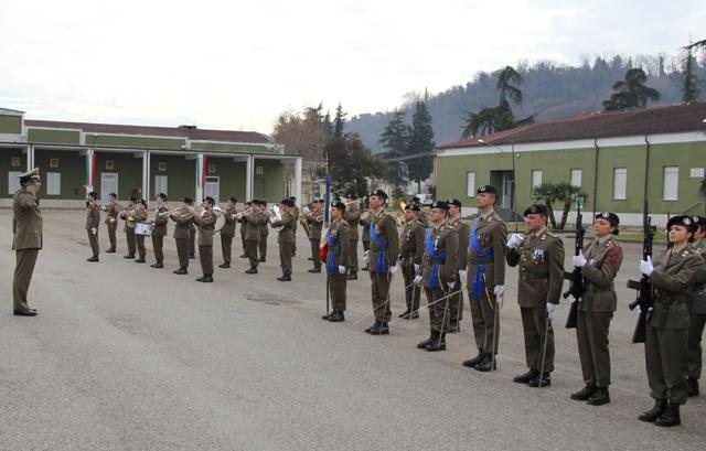 Caserma Emidio Clementi, 1° febbraio 2012 - il Gen. Zambuco rende omaggio alla Bandiera del 235°