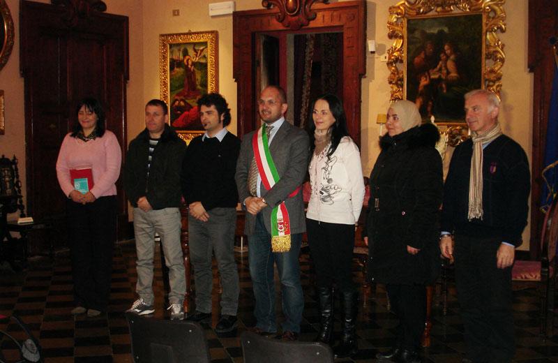 I sei nuovi cittadini italiani con il sindaco Castelli