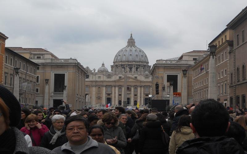 Dopo l'Angelus i fedeli lasciano piazza San Pietro