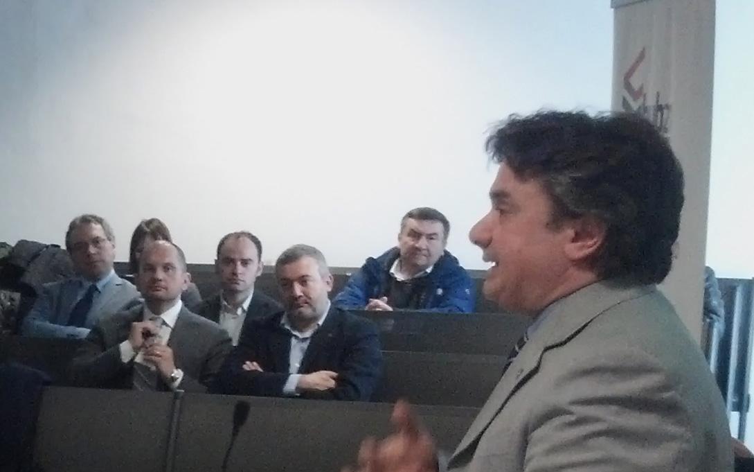 Flavio Corradini, rettore dell'Unicam, sullo sfondo, tra gli altri, Guido Castelli