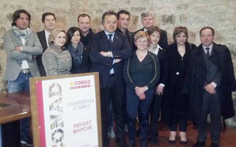 Foto di gruppo per Conad Adriatico col presidente della Cciaa Adriano Federici