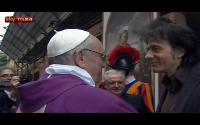 Il Papa con Pietro Orlandi fuori da Sant'Anna (fonte: SkyTg24)