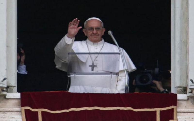 Papa Francesco si affaccia dal Palazzo Apostolico (fonte: ansa)