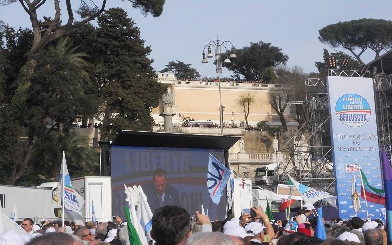 Piazza del Popolo, Berlusconi appare sul maxi schermo