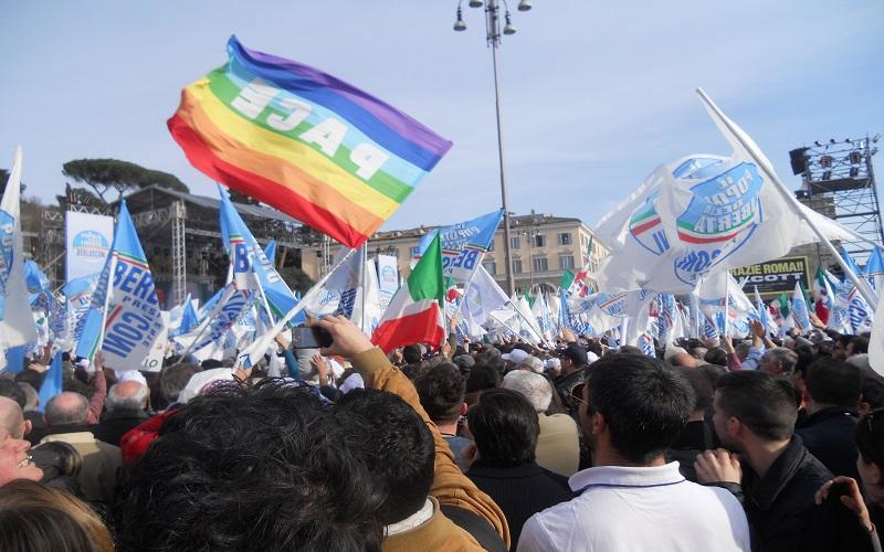 Piazza del Popolo, bandiere in festa per Berlusconi