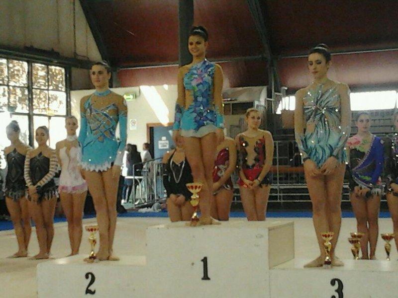 La giovane ginnasta Rossana Viola sul podio dell'esercizio col nastro