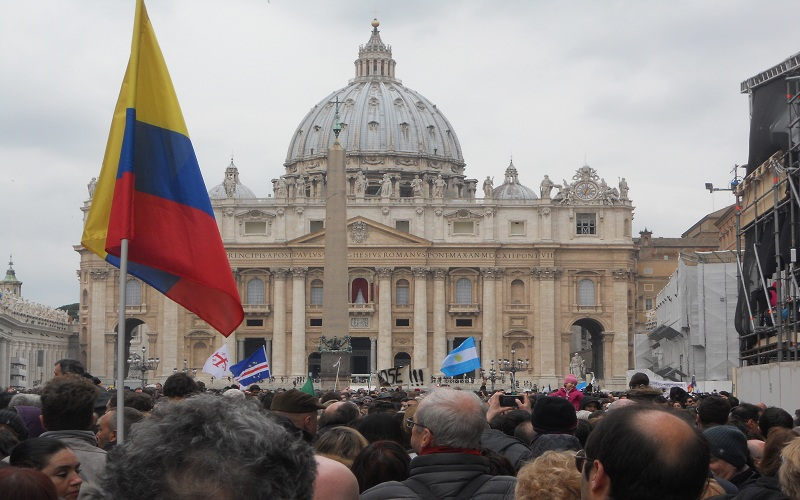 San Pietro bandiere in festa