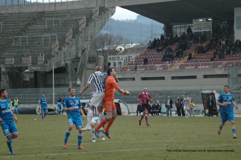 Ascoli-Empoli 1-2 (giammusso), Zaza anticipa Bassi ma la palla incredibilmente si fermerà all'incrocio dei pali