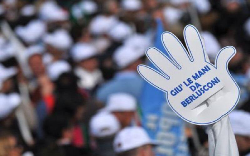 la mano a sostegno di Berlusconi (fonte: TMNews)