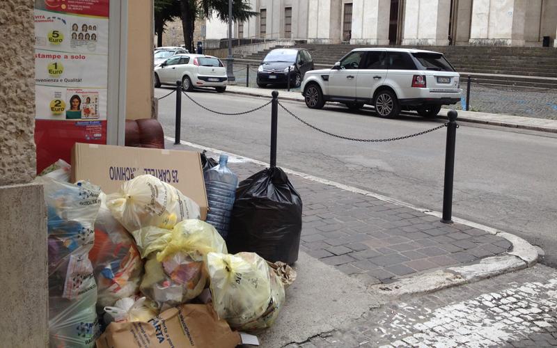 Rifiuti in piazza Orlini, davanti al Tribunale, 11 marzo