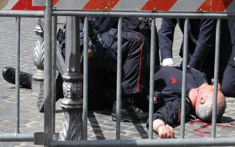 L'agente colpito al collo (fonte: Il Messaggero)