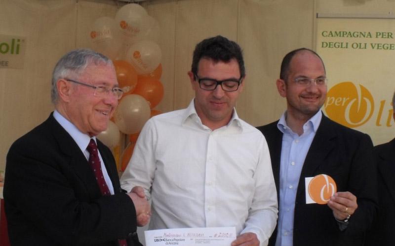 L'assegno di 2 mila euro donato da Adriatica Oli all'Emporio della Carità