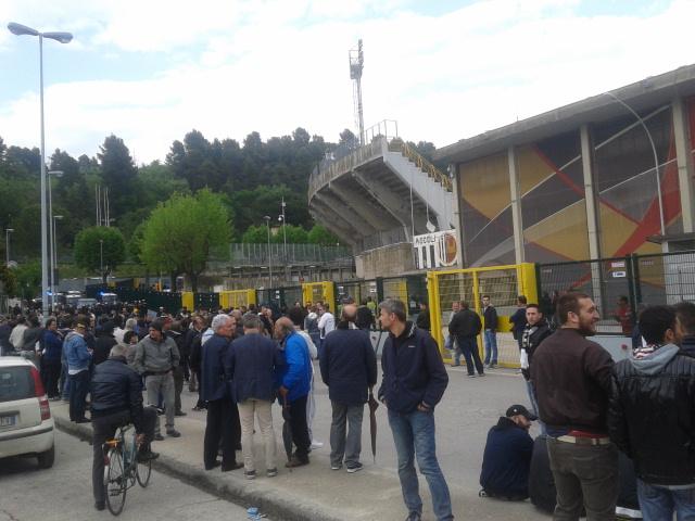 Tifosi fuori dallo stadio del Duca dopo la pesante sconfitta contro il Verona