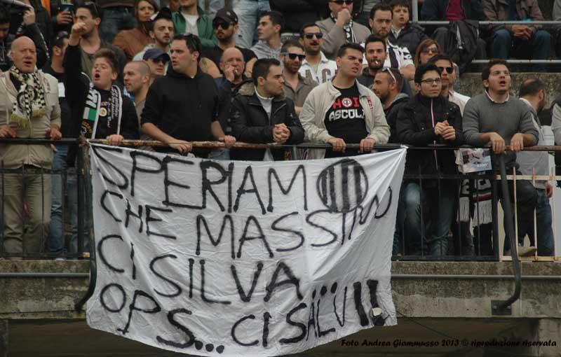 Tifosi che sperano in Massimo Silva prima di Ascoli-Verona 0-5 (giammusso)