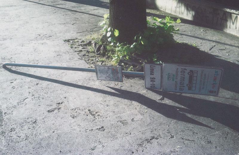 Una delle paline abbattute