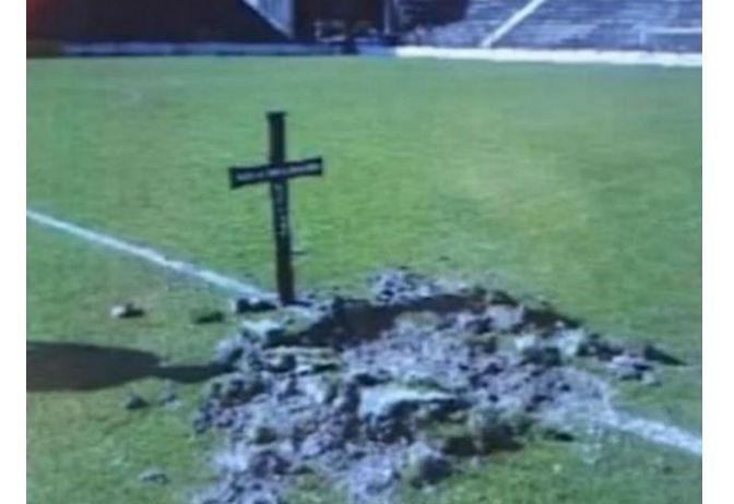 I tifosi del Macva Sabac e la croce con tanto di fossa per la squadra (Sportevai.it)