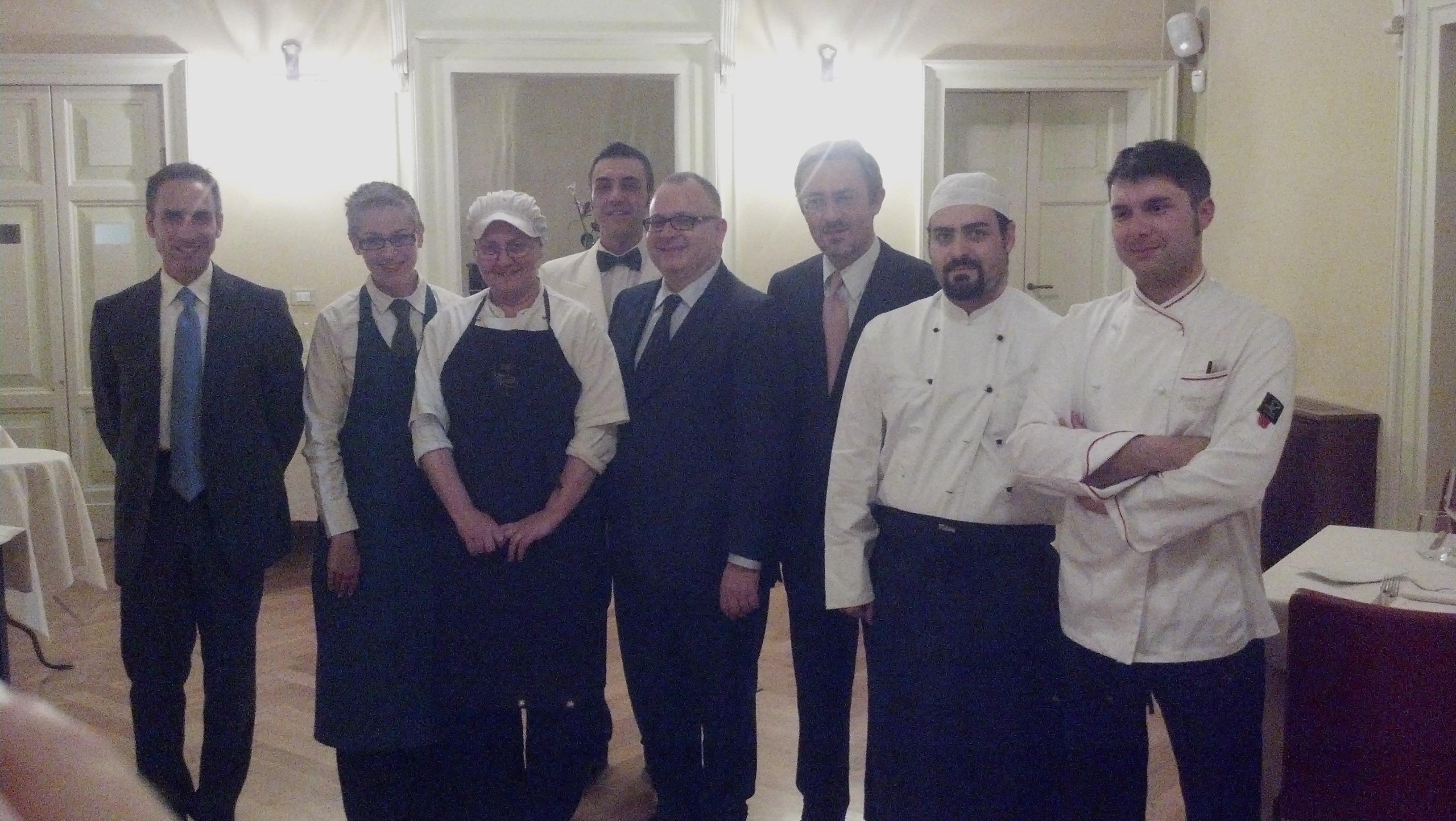 Lo staff del Ristorante Meletti assieme al Presidente della Fondazione Carisap Vincenzo Marini Marini