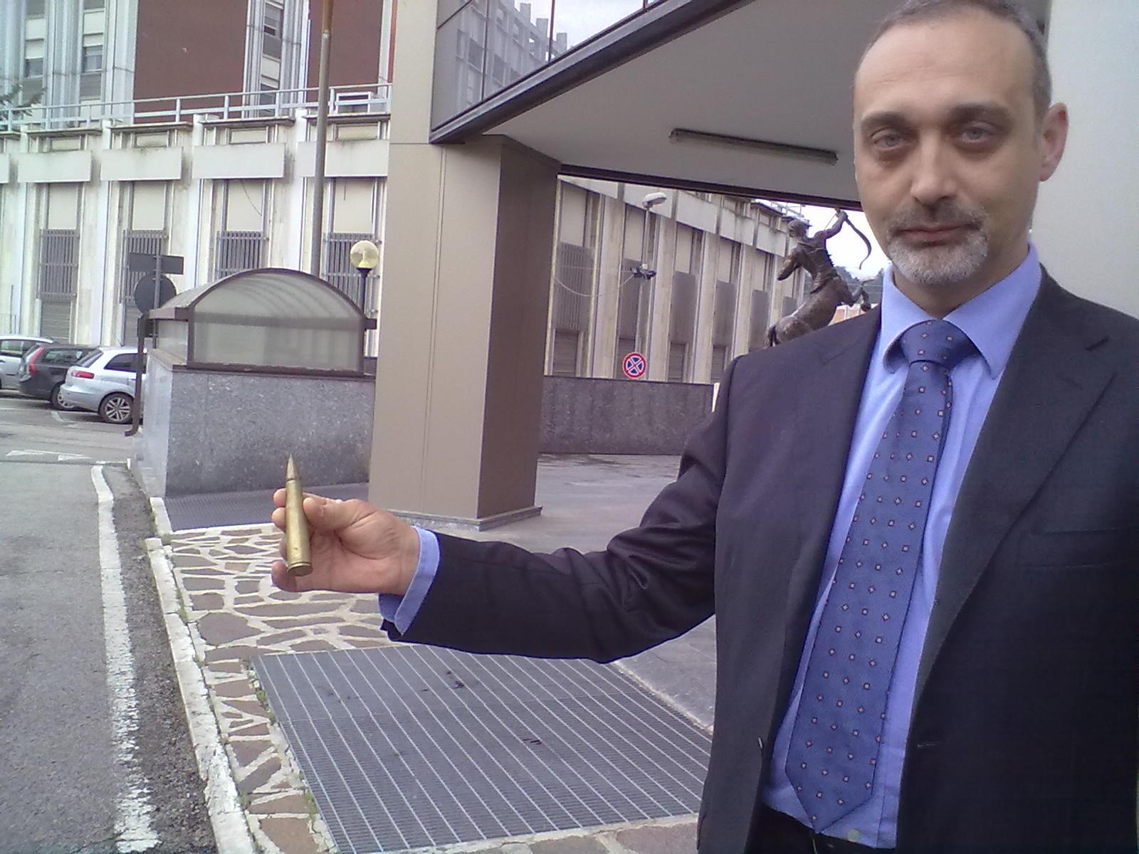 Roberto Di Benedetto con proiettile di mitragliatrice rinvenuto durante la perquisizione